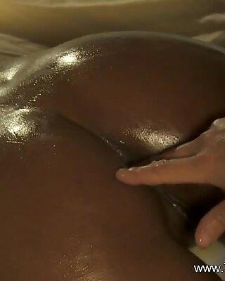Нежна масажа својој краљици