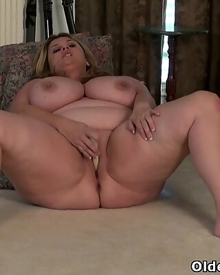 Well rounded BBW milf Roxee Robinson from Canada rubs her sensitive parts
