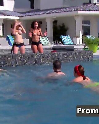 Американское Свингеры Сексуальные дамы Прикоснитесь к друг другу сиськи в Сексуальные игры.