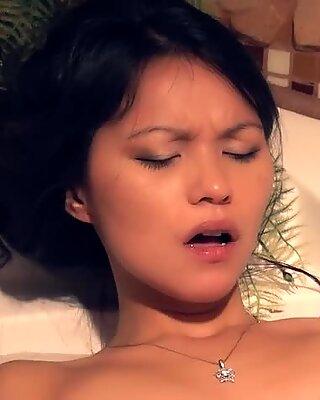 Liten asiatisk har stor våt orgasme