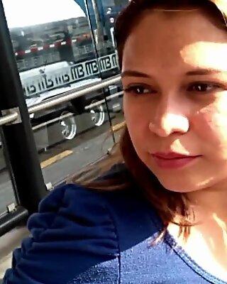 BELLA CHICA DE LABIOS CARNOSOS EN EL METRO