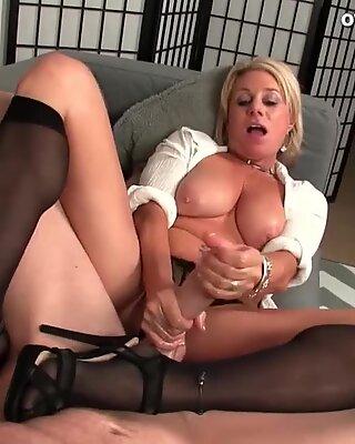 Получить дрочат руками от блондинки