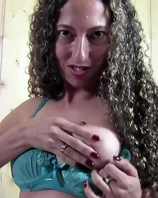 Amateur mom playing with her cunt in sauna