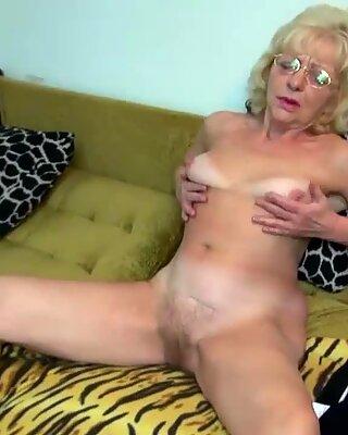 Бабушка трахается с игрушкой для траха