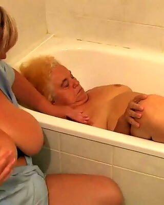 Sexy Oma wird fest ran genommen..