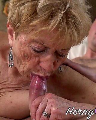 Пенсионерка берет полный рот