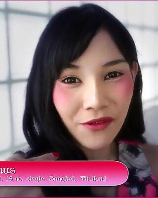 Helloladyboy tynn asiatisk thai transvestitt shoves big pikk in her tight rompe