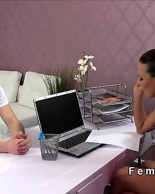 Чувак имеет кастинг с женским агентом для порно актера