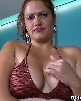 Latina BBW Karina sure knows how to enjoy a hot bath
